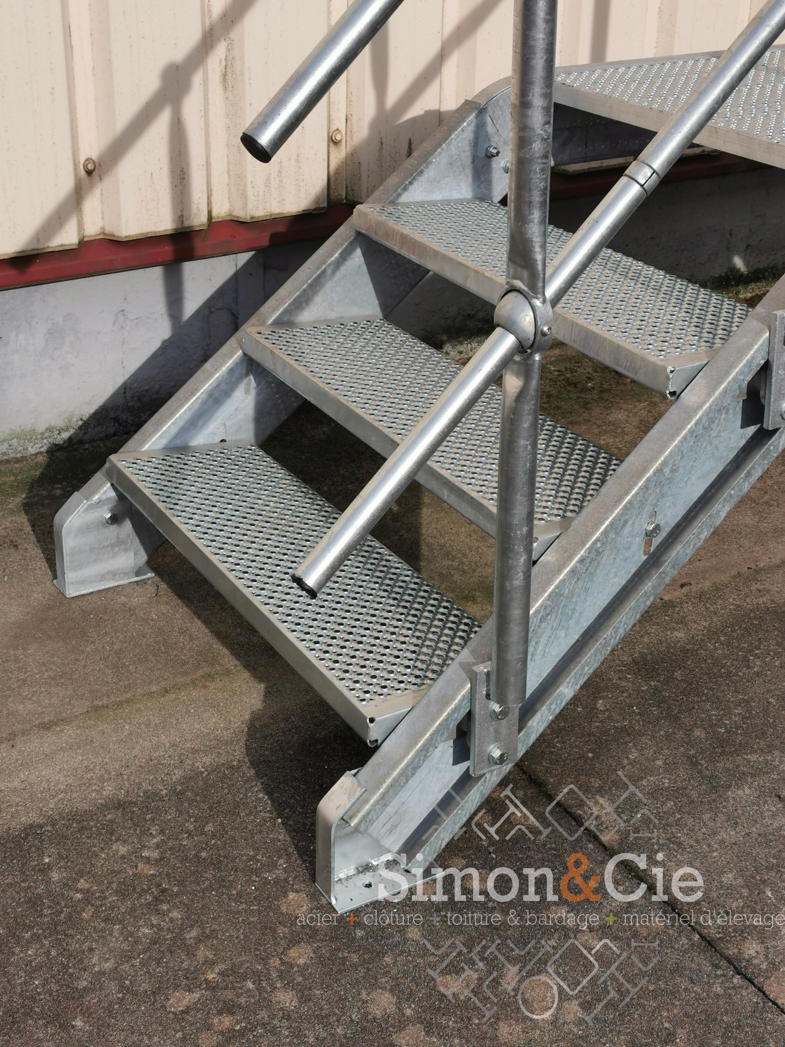 Marches galva perforées pour escalier galvanisé